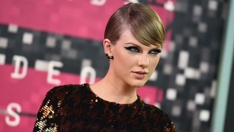 Taylor Swift arrives at the MTV Video Music Awards at the Microsoft Theater on Sunday, Aug. 30, 2015, in Los Angeles. (Photo by Jordan Strauss/Invision/AP)